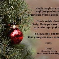 Po lewej stronie czerwona, okrągła bombka zawieszona na iglastej gałązce. Obok życzenia bożonarodzeniowe od Zarządu Stowarzyszenia Teatralno-Literackiego.
