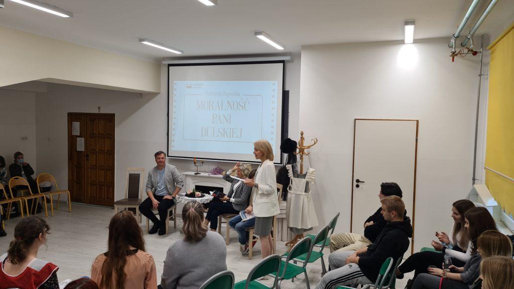 Akcja Narodowego Czytania Moralności Pani Dulskiej w Zespole Szkół Numer 4 w Olkuszu.