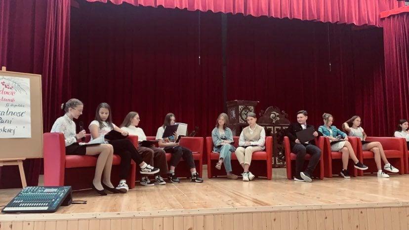 Akcja Narodowego Czytania Moralności Pani Dulskiej w Szkole Podstawowej w Kluczach.